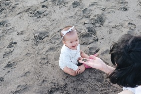 Sophia sangat senang menghabiskan waktu bermain pasir di pantai. Hati-hati termakan ya!