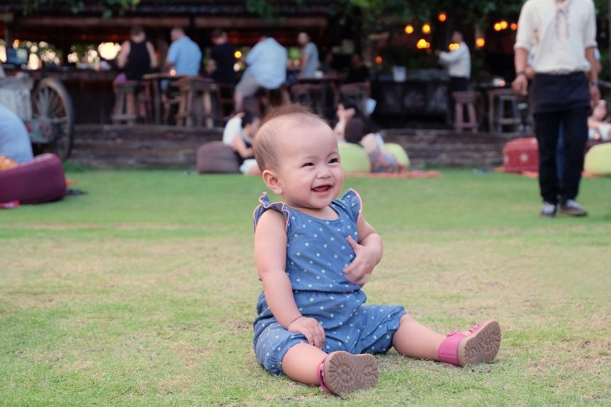 Sophia senang sekali berada di La Laguna, sambil bermain di atas rumput menanti sunset