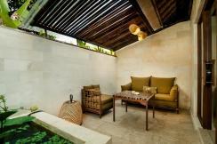 Teras kamar yang privat dan cukup luas untuk bersantai