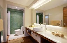 Kamar mandi yang nyaman dan terang di Petitenget 501