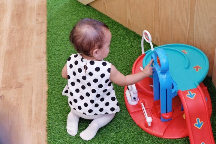 Sophia bermain di Mamain Gunawarman