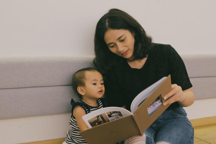 Anakku excited banget melihat foto-foto kelahirannya melalui album foto