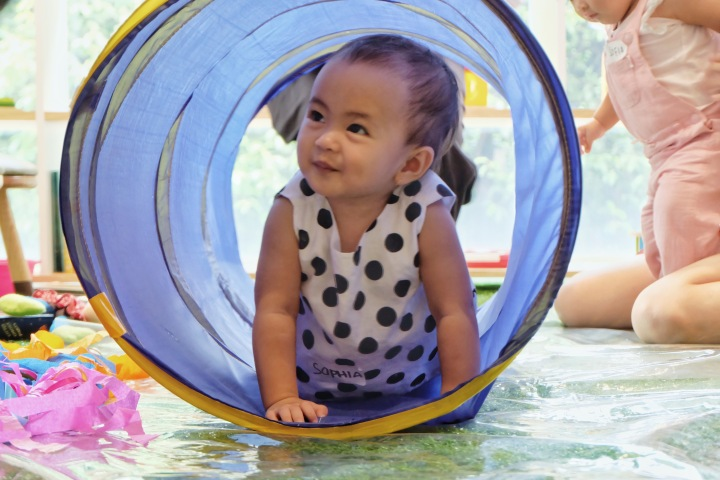 Infant bermain di day care